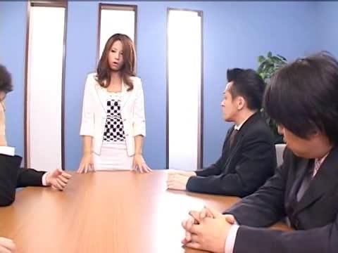 オフィスにて、メガネの痴女の騎乗位無料エロギャル動画。メガネのインテリ痴女がオフィスで淫語つぶやきながら騎乗位セックス